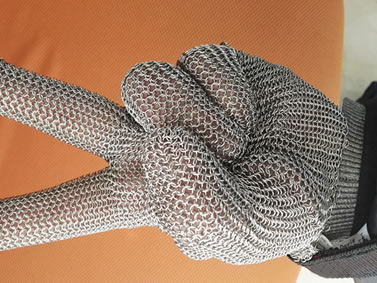 Chainmail glove features flexibility.